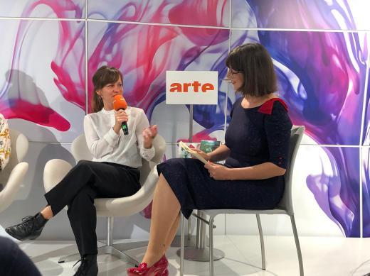 Moderation der Nominierten für den Schweizer Buchpreis 2019 auf der arte-Bühne der Frankfurter Buchmesse – hier im Bild mit der Autorin Tabea Steiner.